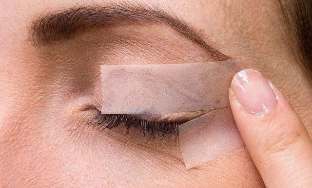 کشیدن خط چشم دنباله دار با استفاده از نوار جسب