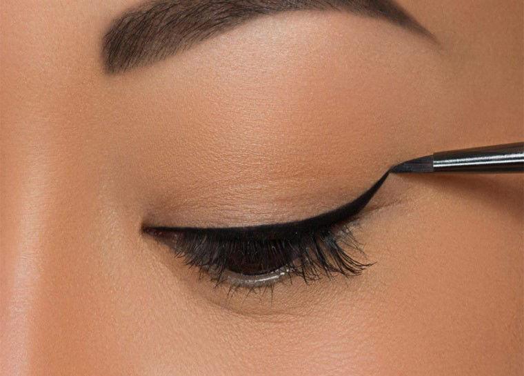 خط چشم را نازک تر بکشید